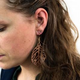 Hoentjen creatie - Houten oorbel, blad notenhout groot
