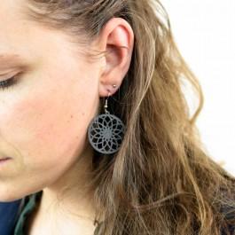 Hoentjen creatie - Houten oorbel, bloem mandala zwart klein