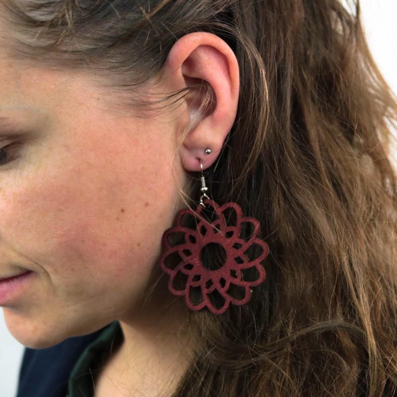Hoentjen creatie - Houten oorbel, bloem mahonie groot