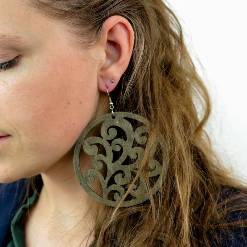 Hoentjen creatie - Houten oorbel, sierlijk kakigroen mega