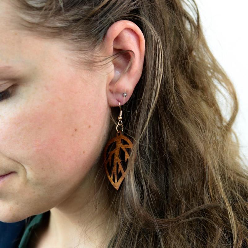 Hoentjen creatie - Houten oorbel, blad notenhout klein