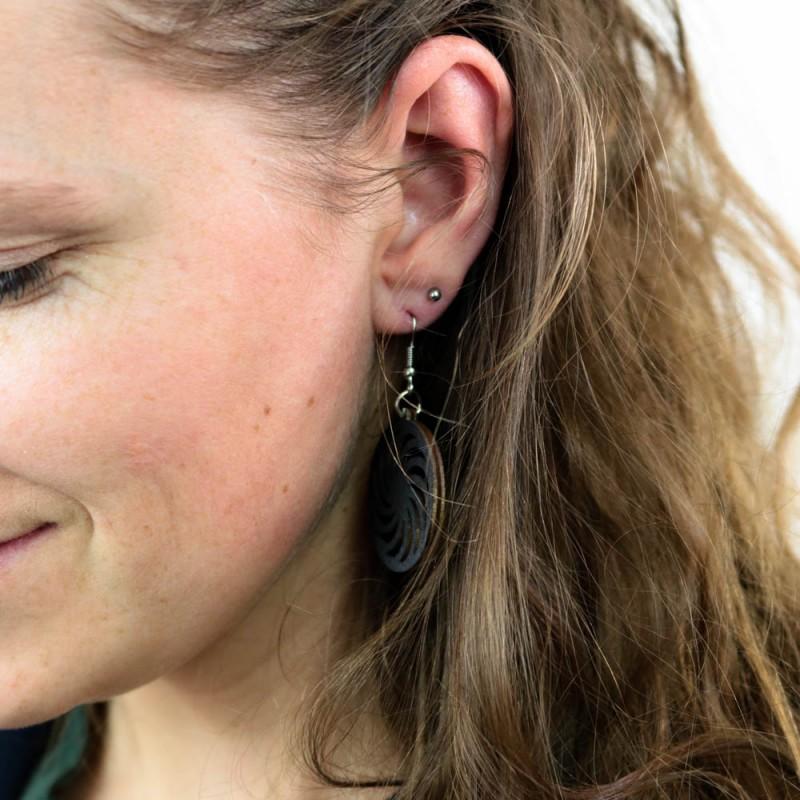 Hoentjen creatie - Houten oorbel, spiraal zwart klein