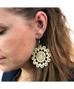 Houten oorbellen, bloem gaatjes neutraal groot