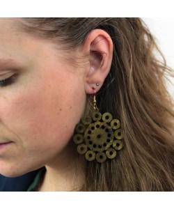 Houten oorbellen, bloem met gaatjes kakigroen groot