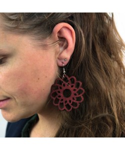 Houten oorbellen, bloem mahonie groot