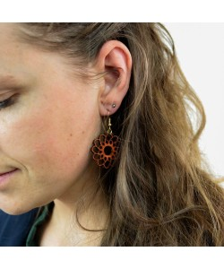 Houten oorbellen, bloem mahonie klein