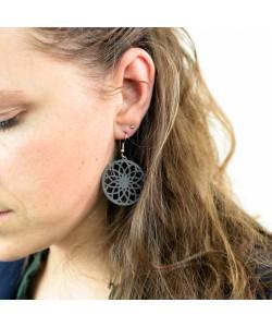 Houten oorbellen, bloem mandala zwart klein