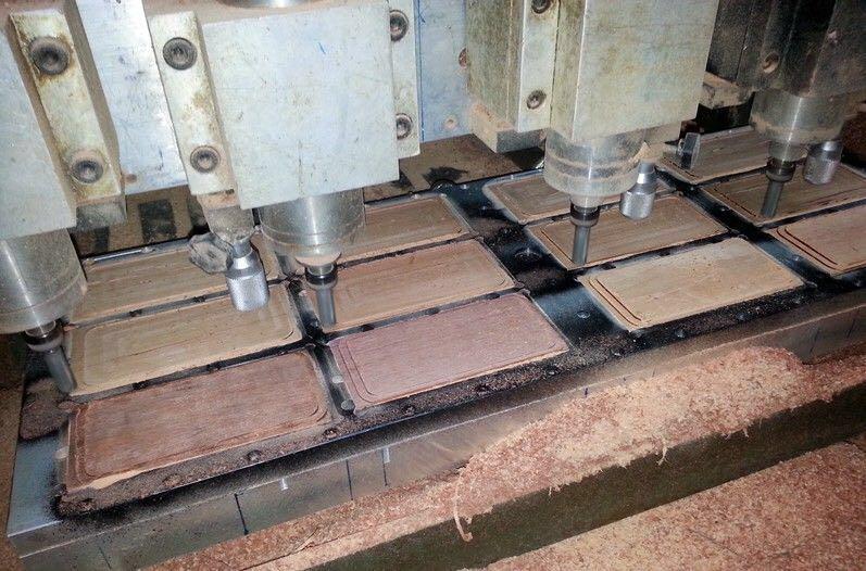 Houten telefoonhoesjes in productie